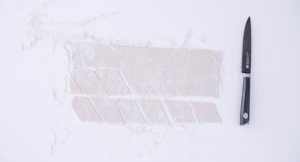 Stendere l'impasto su un piano infarinato fino ad ottenere uno spessore di ca. 0,5 cm e ritagliare dei rombi di pasta di ca. 5 cm per lato.