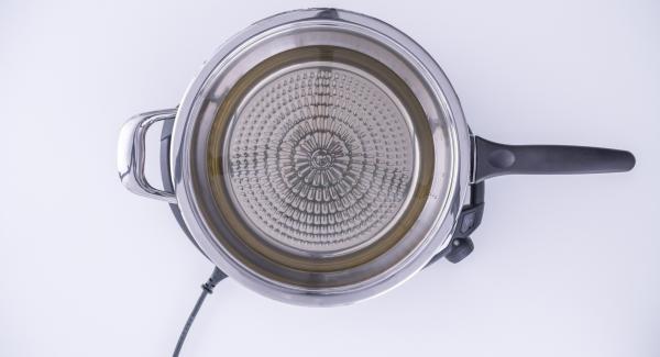 """Versare l'olio all'interno della Padella Arcobaleno, coprirla con il coperchio e posizionarla su Navigenio impostato a livello 6. Accendere Audiotherm, applicarlo su Visiotherm e ruotarlo finchè compare il simbolo """"carne""""."""