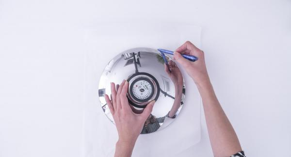 Con l'ausilio di un coperchio 24 cm, ritagliare un disco di carta forno e posizionarlo sul fondo dell'Unità di cottura 24 cm 3,5 l.