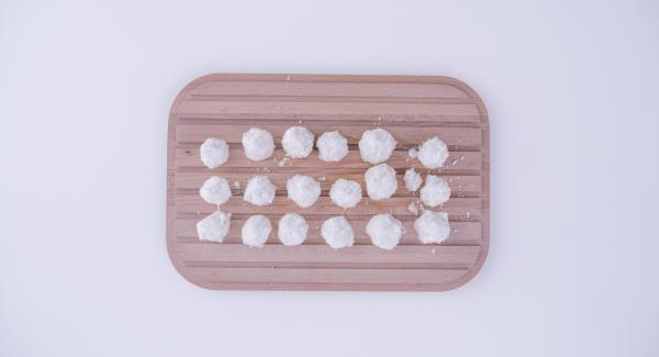 Mescolare in una Bacinella Combi la granella di cocco, gli albumi e lo zucchero a velo e formare delle palline con il composto ottenuto.