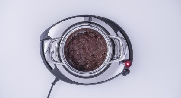 Nel frattempo, fondere il cioccolato fondente nell'Unità 16 cm 1,3 l.