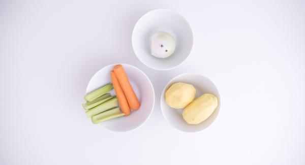 Lavare e pelare le cipolle, le carote e le patate. Infilzare i chiodi di garofano nelle cipolle pelate e lavare i gambi di sedano. Adagiare all'interno dell'Unità di cottura la carne, le verdure e un bicchiere d'acqua.
