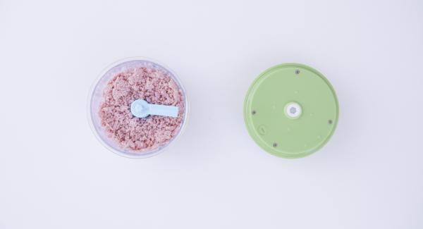 Tritare il prosciutto cotto e il parmigiano nel Tritamix fino a formare un composto per il ripieno omogeneo. Dividere la sfoglia di pasta in fogli di dimensioni uguali e distribuire su di essi dei piccoli cumuli di ripieno.
