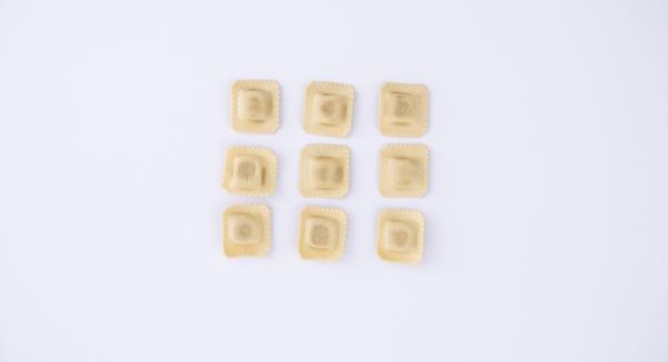 Per chiudere i ravioli, spalmare delle strisce di albume intorno al ripieno, con l'ausilio di un pennello o di un cucchiaio. Coprire quindi la sfoglia e il ripieno con un secondo foglio e premere con le dita attorno ai cumuli di ripieno, facendo aderire le due sfoglie tra di loro. L'albume farà da collante. Con l'aiuto di una rotella, ricavare quindi i ravioli. Ripetere l'operazione con tutti gli altri fogli di pasta.