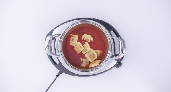 Al suono di Audiotherm, versare i ravioli nel sugo, mescolare e quindi impiattare, guarnendo con due foglie di basilico prima di servire.