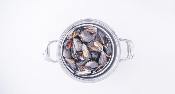 Al suono di Audiotherm aggiungere il liquido di cottura al composto e riempire le valve con il mollusco dopo aver tolto quelle prive del mollusco.