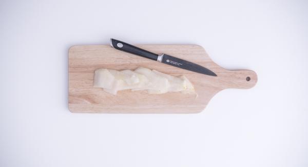 Tagliare le pere a fettine. Sbriciolre gli amaretti  con l'ausilio di Tritamix. Stendere la pasta sfoglia, spalmarvi al centro la Nutella e adagiarvi sopra le pere tagliate a fettine e gli amaretti sbriciolati. Quindi chiudere la pasta sfoglia come un fagottino.