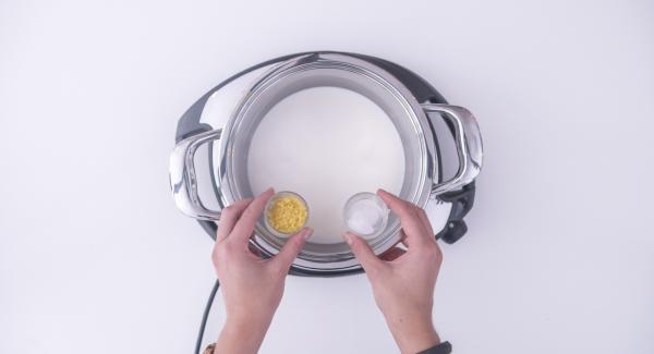 Versare il latte all'interno dell'Unità Gourmet 20 cm 2,6 l insieme ad una parte della scorza di limone grattugiata e alla vanillina. Posizionare l'Unità su Navigenio impostato a livello 6 e riscaldare per ca. 3/4 minuti.