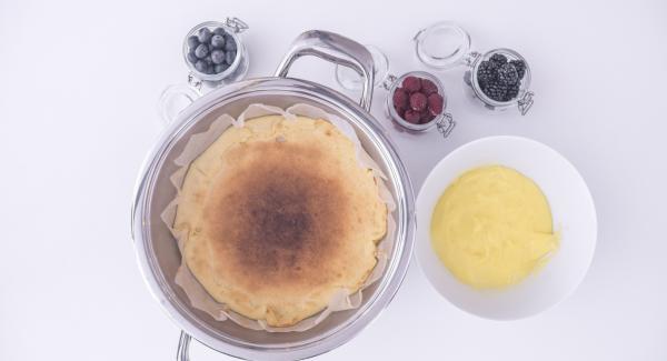 Non appena la torta si sarà raffreddata, estrarla dall'Unità 24 cm 2,5 l e aggiungervi la crema pasticcera. Farla raffreddare completamente, aggiungere i frutti di bosco e gustare.