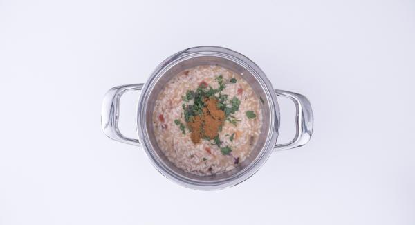Tritare le foglie di prezzemolo nel Tritamix e aggiungerle al risotto insieme a un filo d'olio e al peperoncino in polvere. Mescolare e amalgamare bene e servire.