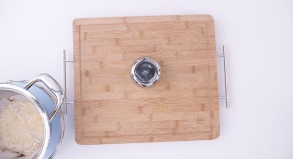 Quando tutto il parmigiano sarà sciolto, estrarre il disco di carta da forno dall'Unità e lavorare il cestino stendendolo sul dorso di una piccola scodella d'acciaio, affinché assuma la giusta forma. Lasciar raffreddare i cestini prima di procedere con il riempimento.