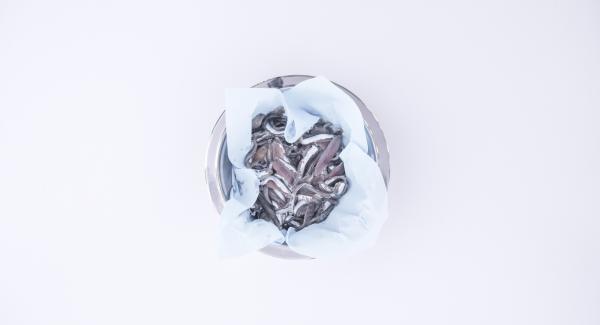 Lavare le alici e asciugarle con della carta assorbente. Quindi passarle nella semola rimacinata per impanarle.