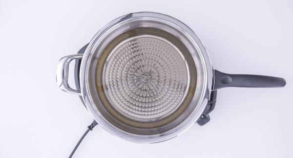 """Versare l'olio all'interno della Padella Arcobaleno e coprirla con il coperchio. Posizionare la Padella su Navigenio impostato a livello 6. Con l'ausilio di Audiotherm riscaldare fino alla finestra """"carne""""."""
