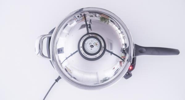Al suono di Audiotherm, abbassare Navigenio a livello 4 e adagiare le alici all'interno della Padella. Coprire nuovamente con il coperchio e completare la cottura, controllando di tanto in tanto la doratura delle alici.