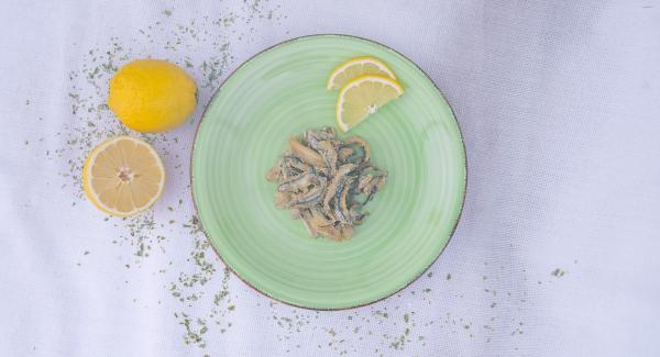 A cottura ultimata, estrarre le alici dalla Padella, lasciarle scolare e servirle accompagnate da qualche fetta di limone.