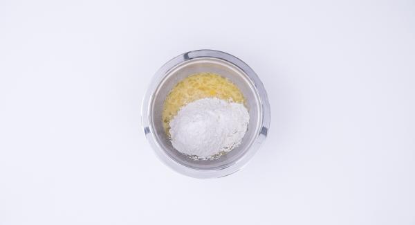 Sbucciare la pera e tritarla con l'ausilio di Tritamix. Montare in una Bacinella Combi le uova con lo zucchero. Aggiungere la farina e una fiala di aroma alla mandorla. Infine, aggiungere la ricotta, il lievito, le gocce di cioccolato e la pera tritata. Amalgamare bene il tutto.