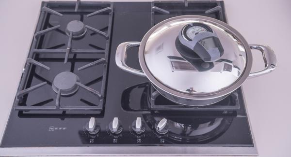"""Al suono di Audiotherm, rimuovere il coperchio e adagiare le scaloppine marinate all'interno dell'Unità. Coprire con il coperchio e proseguire la cottura fino al raggiungimento del """"punto di girata"""" a 90°. Girare le scaloppine, rimettere il coperchio e cuocere anche il secondo lato sino a raggiungere i 90°."""