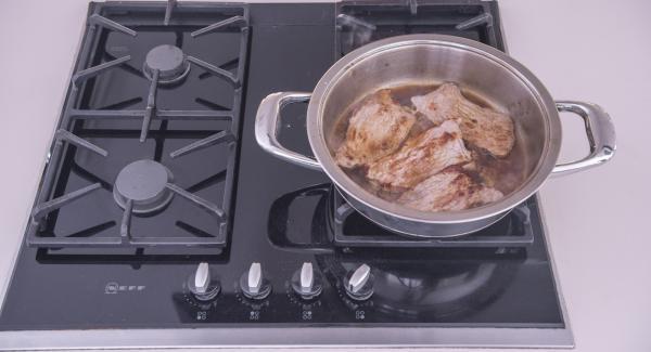 """Sfumare con il succo di limone e la marinata avanzata. Posizionare Audiotherm sulla finestra """"verdura"""" e far sobbollire per ca. 5 minuti. Insaporire con sale e pepe, far riposare per ca. 5 minuti e servire."""