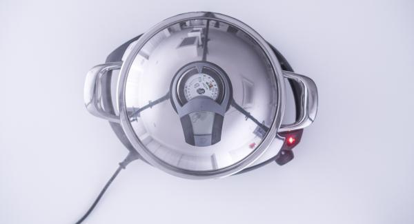 """Al suono di Audiotherm, adagiare gli ossibuchi all'interno dell'Unità, premere leggermente e riposizionare Audiotherm sulla finestra """"carne"""". Al raggiungimento dei 90°C, girare la carne e completare la rosolatura."""