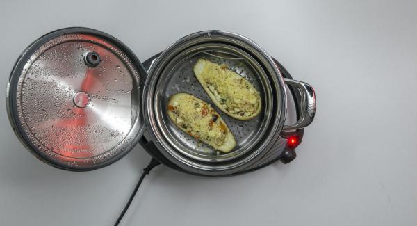 Al suono di Audiotherm, spalmare il formaggio grattugiato sulle melanzane.