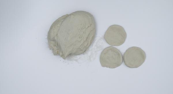 Impastare ancora una volta e poi dividere la pasta in piccole porzioni. Stendere ciascuna porzione formando un dischetto piatto. Con le mani, tirare verso l'esterno in modo da rendere il disco più sottile al centro che non sul bordo.