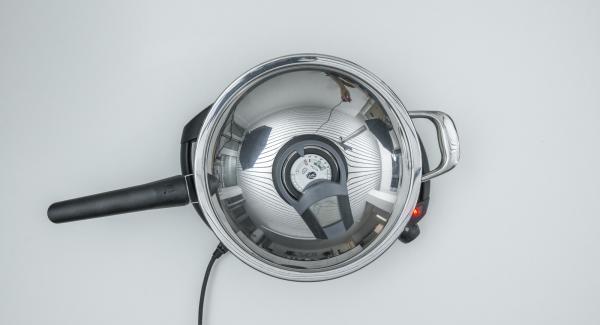 """Coprire con il coperchio e friggere fino a raggiungere il """"punto di girata"""" a 90° C con l'ausilio di Audiotherm."""