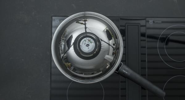 """Al suono di Audiotherm, abbassare il calore. Disporre i filetti di salmone nella Padella e coprire con il coperchio. Con l'ausilio di Audiotherm, arrostire il primo lato fino a raggiungere il """"punto di girata"""" a 90° C. Girare il salmone, coprire con il coperchio e, a seconda dello spessore, farlo riposare per ca. 3 minuti a fornello spento."""