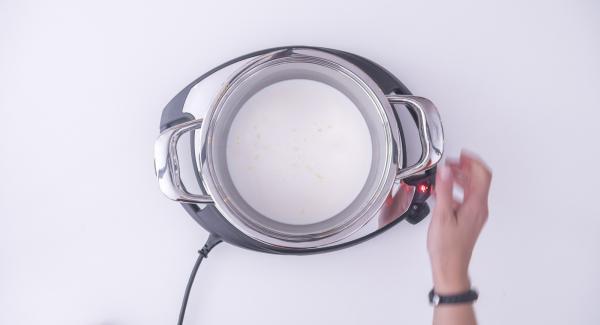 Versare il latte all'interno dell'Unità Gourmet 20 cm 2,6 lt insieme a un pezzetto di scorza di limone e al baccello di vaniglia tagliato a metà per il lungo. Accendere Navigenio e portare quasi a bollore il latte.