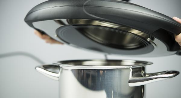 Al suono di Audiotherm, posizionare l'Unità nel suo coperchio capovolto e posizionare il fagottino al suo interno. Bucherellare il fagottino con una forchetta per non farlo gonfiare. Coprire l'Unità con Navigenio rivolto verso il basso, impostato a livello I. Mentre la spia lampeggia, inserire un tempo di 10 minuti su Audiotherm e cuocere al forno fino a ottenere la doratura desiderata.