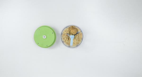Tritare i biscotti nel Tritamix e amalgamarli il restante burro sciolto.
