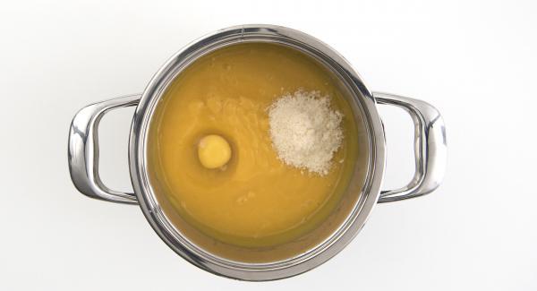 Al suono di Audiotherm, posizionare l'Unità nel suo coperchio capovolto e attendere l'apertura di Secuquick. Frullare le verdure, aggiungere l'uovo e insaporire il tutto con il parmigiano e la noce moscata.