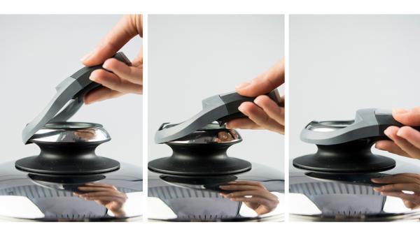 """Scaldare Arcobaleno Prestige 24 cm su Navigenio impostato a livello 6, con Audiotherm posizionato sulla finestra """"carne"""". Al suono di Audiotherm, inserire la carta forno – contenente la sfoglia – all'interno della Padella e versare al suo interno le verdure frullate. Abbassare verso l'interno del tortino la pasta che sporge dai bordi."""