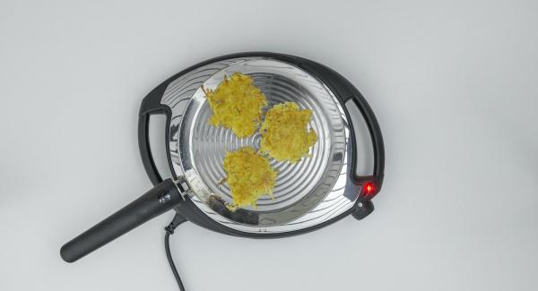 Cuocerle per 5 minuti circa, girarle e cuocere il secondo lato fino a doratura, eventualmente girare di nuovo.