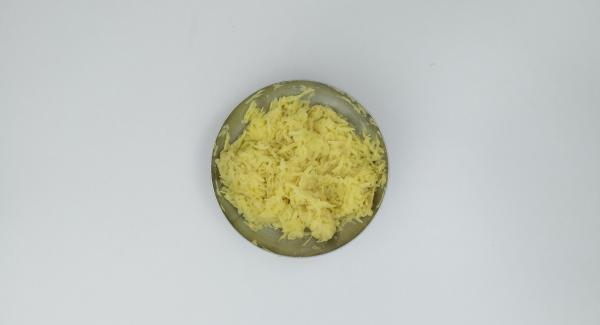 Pelare le patate, grattugiarle grossolanamente e insaporirle con il sale.