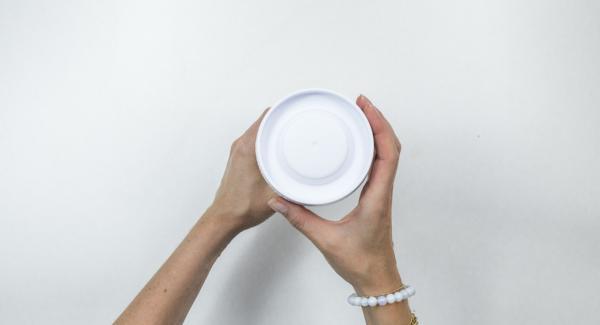 Mescolare all'interno dello shaker la farina, lo zucchero, il latte, le uova e l'olio.