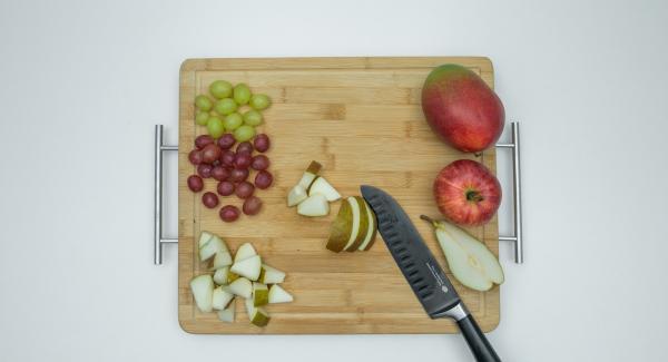 Mondare la frutta e tagliarla a bocconcini.