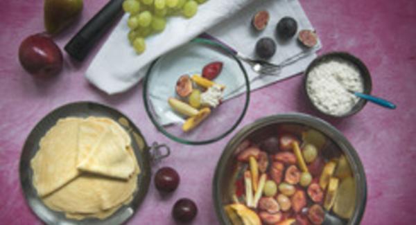 Impiattare la frutta con i fiocchi di formaggio alla vaniglia e servire immediatamente.
