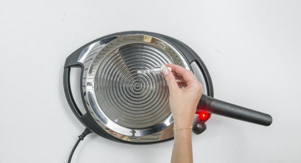 Riscaldare oPan su Navigenio a livello 6 o sul fornello a calore massimo, fino al raggiungimento della temperatura di cottura ideale.