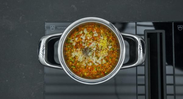 Al suono di Audiotherm, insaporire le verdure con il sale, il pepe e la scorza di limone.