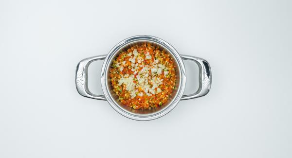 Per il misto di verdure, mondare i peperoni e le zucchine, tritare finemente nel Tritamix e metterli nell'Unità di cottura. Pelare la cipolla, tritarla finemente e distribuirla sulle verdure.
