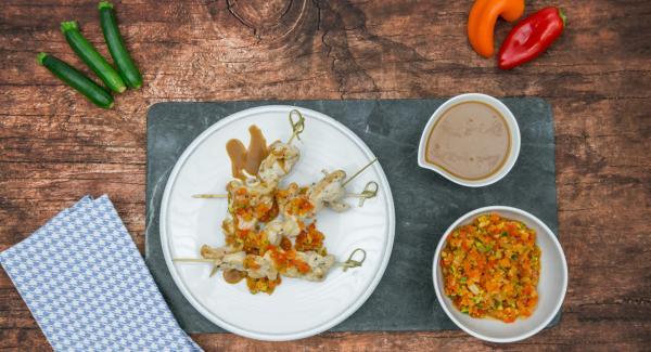 Togliere Arondo dal fornello e lasciar riposare gli spiedini per ca. 5 minuti, secondo lo spessore. Servire gli spiedini accompagnandoli con il misto di verdure, dell'olio extravergine a crudo o, a piacere, con la salsa di soia.