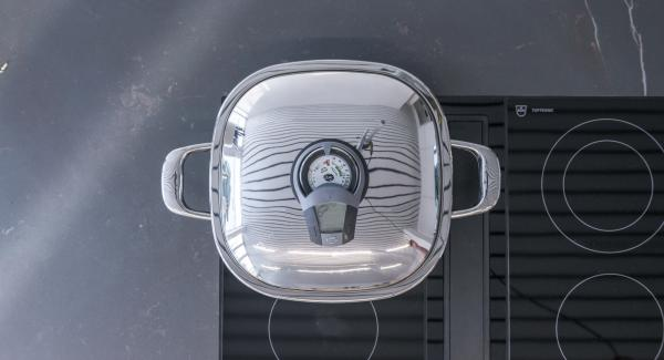 """Al suono di Audiotherm, disporvi gli spiedini e coprire con il coperchio. Grigliare a calore basso fino a raggiungere il """"punto di girata"""" a 90°C."""