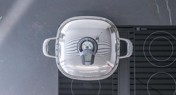 """Con l'ausilio di Audiotherm, scaldare Arondo a calore massimo, fino alla finestra """"carne"""".Nel frattempo infilzare le striscioline di pollo su quattro spiedini, formando una sorta di onda."""