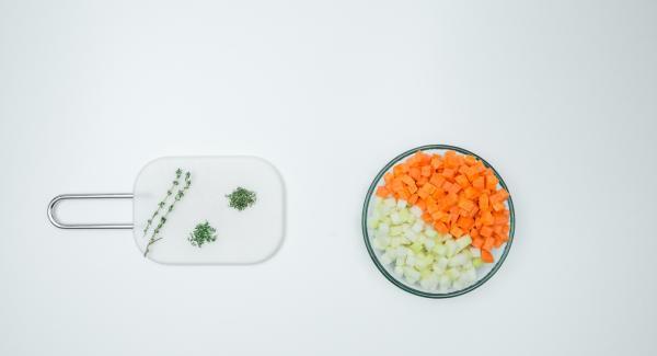 Pelare le carote e il cavolo rapa e tagliarli a dadini. Tritare le foglie di timo.