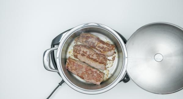 Al suono di Audiotherm, abbassare Naigenio a livello 2, rosolare la carne su entrambi i lati, toglierla dall'Unità e insaporire con sale e pepe.
