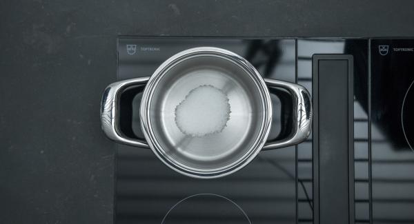 Mettere 1 cucchiaio di zucchero in una Unità di cottura piccola, posizionare sul fornello e scaldare a calore massimo. Quando lo zucchero inizia a sciogliersi, ridurre il calore. Aggiungere gradualmente 60 g di zucchero e caramellare.
