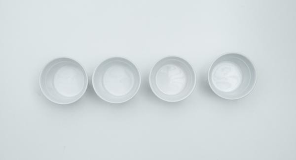 Aggiungere 6 cucchiai di acqua e cuocere fino a quando il caramello si sarà completamente formato. Distribuire il caramello in 4 stampi resistenti al calore (circa 150 ml ciascuno) e lasciare raffreddare completamente.