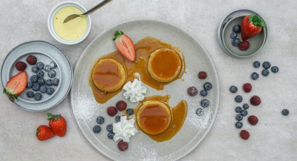 Mettere il creme caramel in frigorifero per almeno 3 ore. Capovolgere gli stampi su un piatto prima di servire. Guarnire a piacere con panna montata e frutta a volontà.
