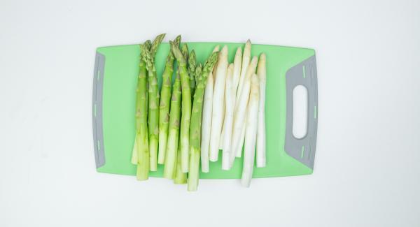 Pelare gli asparagi – per intero se sono bianchi – o solo nella parte inferiore (1/3) se sono verdi. Posizionarli ancora bagnati nell'Unità Ovale 38 cm 3,5 l.
