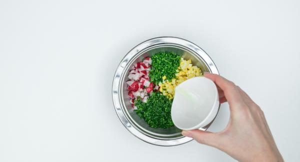 Tagliare l'erba cipollina a rondelle sottili, tritare il prezzemolo finemente. Pulire i ravanelli e tagliarli a cubetti, sbucciare le uova sode e ridurle a cubetti. Mescolare tutto con l'olio.